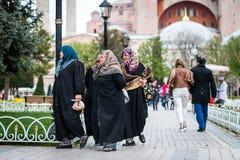 在圣索非亚大教堂附近的土耳其夫人在伊斯坦布尔,土耳其 图库摄影