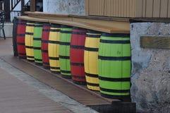 在圣Croix的一个酒吧由红色,黄色和绿色桶做成 库存照片