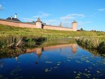 在圣Euthymius古老修道院的墙壁的附近日落在苏兹达尔,俄罗斯 库存图片