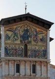 在圣Fredia大教堂的门面的马赛克  免版税图库摄影