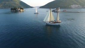 在圣Geogia和Gospa od Å krpjela附近海岛的航空录影射击游艇 股票录像