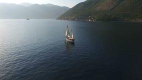 在圣Geogia和Gospa od Å krpjela附近海岛的航空录影射击游艇 影视素材