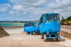在圣Helier,泽西,海峡群岛,英国海滩的两栖车  免版税库存照片