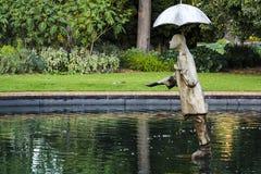 在圣Kilda植物园里下雨人雕象 免版税库存照片