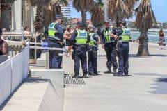 在圣Kilda海滩的警察到场在一次帮会有关的节礼日争吵的威胁以后在社会媒介被做了 免版税库存图片