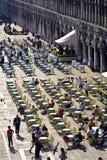 在圣Marco广场饲料的Ourists 库存照片