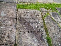 在圣Mary's教区教堂和校舍的墓碑下面的Alderley的彻斯特 库存图片