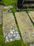 在圣Mary's教区教堂的古老墓碑下面的Alderley的彻斯特 免版税库存图片
