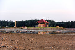 在圣Meinard海岛拉脱维亚上的教会废墟ikskile在河道加瓦河 在26拍的照片威严, 2017年 库存图片