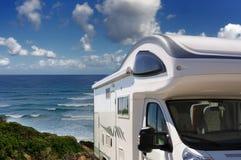 在海滩停放的露营车在Buggerru,撒丁岛,   库存图片