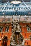 在圣Pancras驻地的雕象在伦敦,英国 免版税库存图片