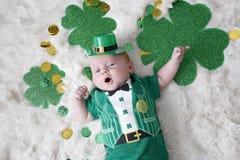 在圣Patricks天装饰的婴孩 免版税库存照片