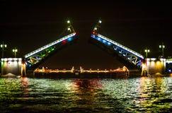 在圣Peterburg,俄罗斯的吊桥 库存照片
