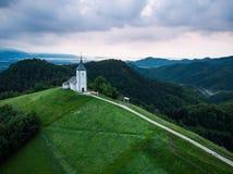 在圣Primus和Felician, Jamn偏僻的教堂的鸟瞰图  免版税图库摄影