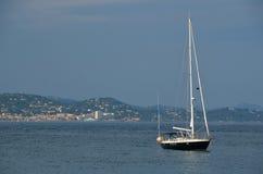 在圣Tropez港口停住的游艇 免版税库存照片