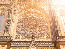 在圣Vitus大教堂哥特式圆花窗的详细的看法在布拉格,捷克 库存照片