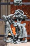 在圣Vitus大教堂哥特式门的装饰  免版税库存照片