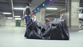 在地下停车处的被忘记的可疑黑袋子 影视素材