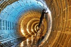 在地下地铁建造场所的焊工 免版税库存图片