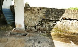 在地下室停车场的破裂的混凝土墙 图库摄影