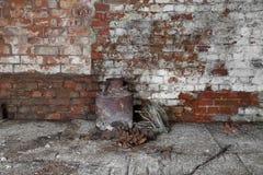 在地下室的老生锈的罐头 库存图片