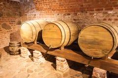 在地下室的葡萄酒桶 图库摄影