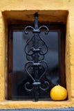 在地下室窗口的装饰伪造的金属格子 免版税图库摄影
