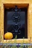 在地下室窗口的装饰伪造的金属格子 图库摄影