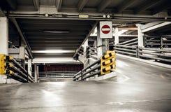 在地下室,地下内部的停车库 免版税图库摄影