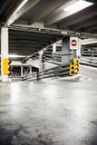 在地下室,地下内部的停车库 免版税库存图片