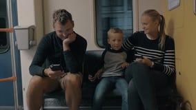 在地下火车的家庭骑马 股票视频