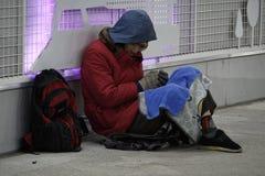 在地下过道,汉城,韩国的亚洲无家可归者 库存图片