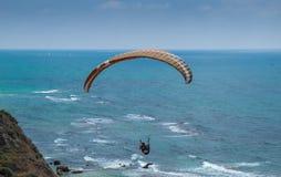 在地中海和Apollonia-Arsuf废墟上的滑翔伞 图库摄影
