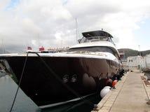 在地中海小游艇船坞停泊的马达游艇 库存照片