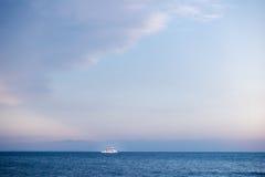 在地中海开汽车船在Larnaka,塞浦路斯 免版税库存照片
