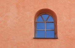 在地中海房子前面的被成拱形的窗口 库存图片