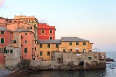 在地中海旁边的餐馆在Boccadasse,热那亚 库存照片