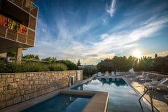 在地中海海岸的旅馆水池 库存图片
