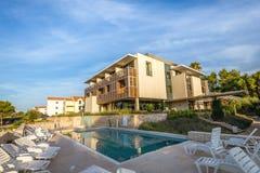在地中海海岸的旅馆水池 库存照片