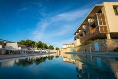在地中海海岸的旅馆水池 免版税库存图片