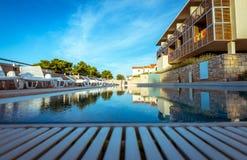 在地中海海岸的旅馆水池 免版税库存照片