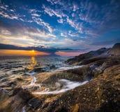 在地中海海岸的明亮的日出在希腊 免版税库存图片
