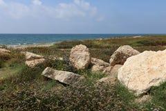 在地中海海岸的石头 免版税库存图片