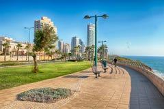 在地中海海岸,内塔尼亚,以色列的现代散步 免版税库存照片