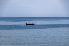 在地中海海滩的一条小船爱奥尼亚人海博瓦马里纳,卡拉布里亚,意大利 库存图片