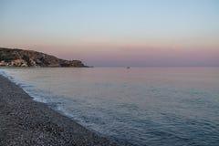 在地中海海滩的日落有埃特纳火山火山的爱奥尼亚海在背景-博瓦马里纳,卡拉布里亚,意大利 库存照片