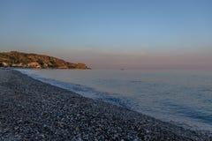在地中海海滩的日落爱奥尼亚人海博瓦马里纳,卡拉布里亚,意大利 库存照片
