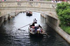 在地中海港口,东京迪士尼海洋游乐园的威尼斯式长平底船 免版税库存照片