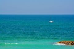 在地中海的一艘帆船在Eshkelon,以色列 免版税图库摄影