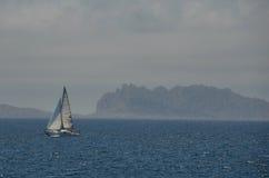 在地中海的偏僻的游艇 免版税图库摄影